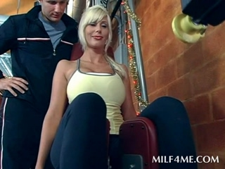 Blonde mommy does her work out naked